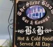 Ein Straßenschild mit dem Hinweis: Bed & Breakfast