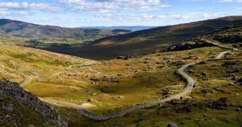 Eine rauhe, einsame Landschaft durch den sich der Healy Pass schlängelt.