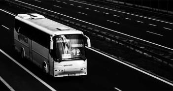 Ein schwarz-weiß Bild, das einen Fernbus auf der Autobahn zeigt