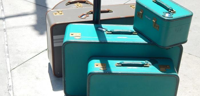 Mehrere Koffer stehen aufgereiht nebeneinander