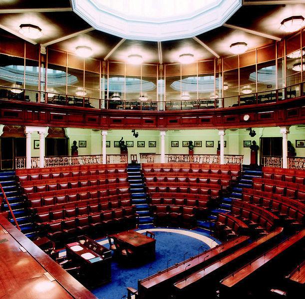 Das irische Parlament, genauer das irische Unterhaus. Ein sehr schöner Saal mit Holzbänken für die Abgeordneten und einer hellen Kuppel.
