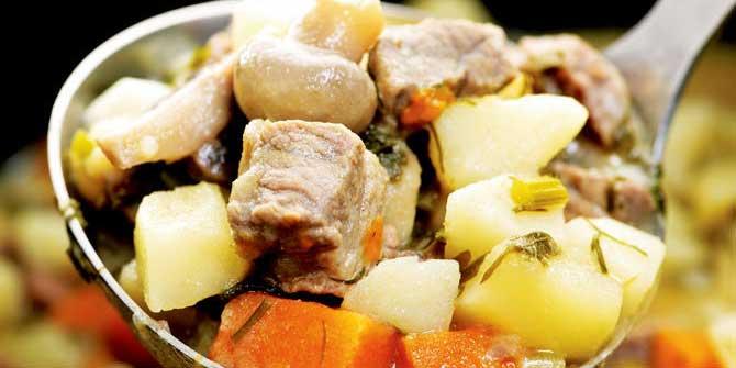 Man sieht einen Suppenlöffel mit Irish Stew